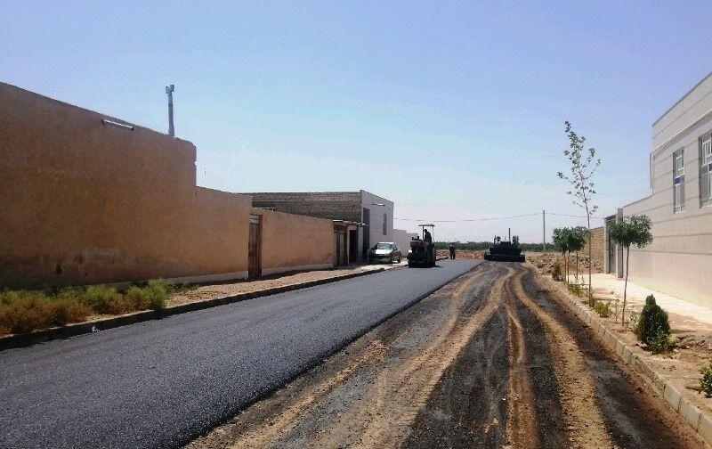 خبرنگاران آسفالت معابر چهار روستای مهریز با 10 میلیارد ریال شروع شد